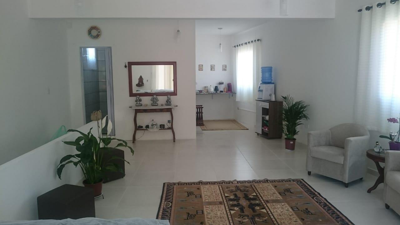 Uma imagem contendo parede, interior, chão, salão;Descrição gerada automaticamente